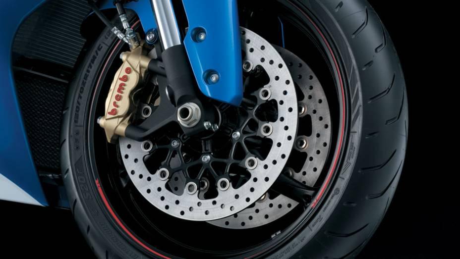 """Suzuki disponibiliza freios a disco com pinças da marca Brembo, sendo disco duplo na roda dianteira e simples na traseira, ainda sem ABS   <a href=""""http://quatrorodas.abril.com.br/moto/noticias/suzuki-lanca-gsx-r1000-2014-752224.shtml"""" rel=""""migration"""">Leia mais</a>"""