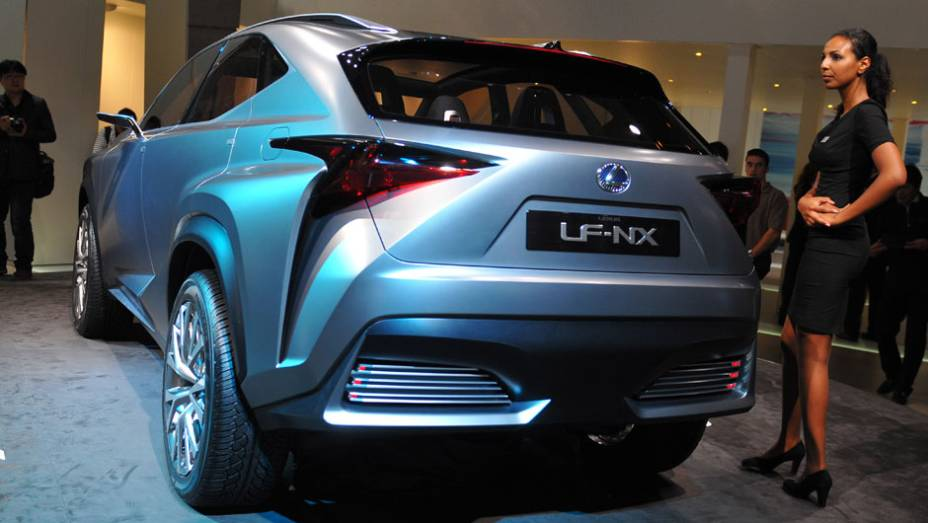 "Lexus LF-NX   <a href=""http://quatrorodas.abril.com.br/saloes/frankfurt/2013/lexus-lf-nx-752303.shtml"" rel=""migration"">Leia mais</a>"