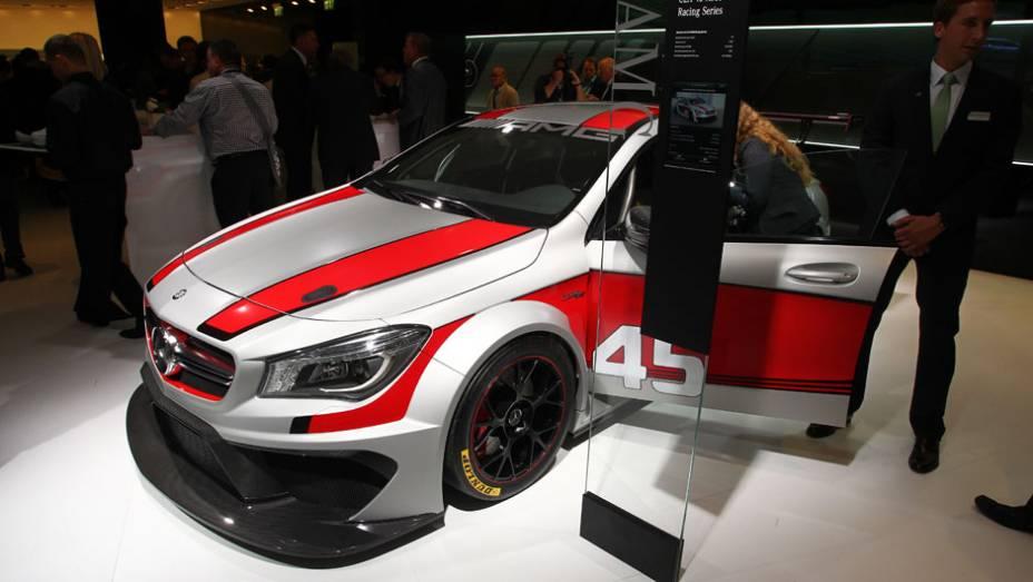 """Mercedes-Benz CLA45 AMG Racing Series   <a href=""""http://quatrorodas.abril.com.br/saloes/frankfurt/2013/mercedes-benz-cla45-amg-racing-series-752346.shtml"""" rel=""""migration"""">Leia mais</a>"""