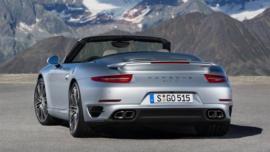 """Modelo segue de perto as pegadas dos recentemente introduzidos 911 Turbo e Turbo S Coupe   <a href=""""http://quatrorodas.abril.com.br/noticias/fabricantes/porsche-revela-911-turbo-turbo-s-cabriolet-754889.shtml"""" rel=""""migration"""">Leia mais</a>"""