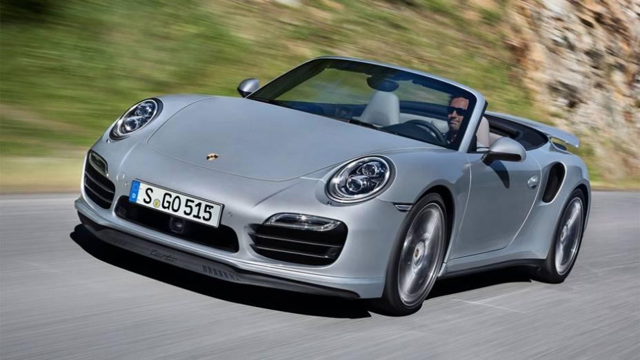 """Sua carroceria é 28 milímetros mais larga que a do 911 mais largo que existe, o Carrera 4   <a href=""""http://quatrorodas.abril.com.br/noticias/fabricantes/porsche-revela-911-turbo-turbo-s-cabriolet-754889.shtml"""" rel=""""migration"""">Leia mais</a>"""