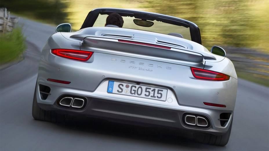 """A potência vem de uma nova versão desenvolvida do motor Porsche 3.8 litros turbo com seis cilindros, movido a gasolina, de 520 cavalos e 67,3 mkgf de torque   <a href=""""http://quatrorodas.abril.com.br/noticias/fabricantes/porsche-revela-911-turbo-turbo-s-c"""" rel=""""migration""""></a>"""