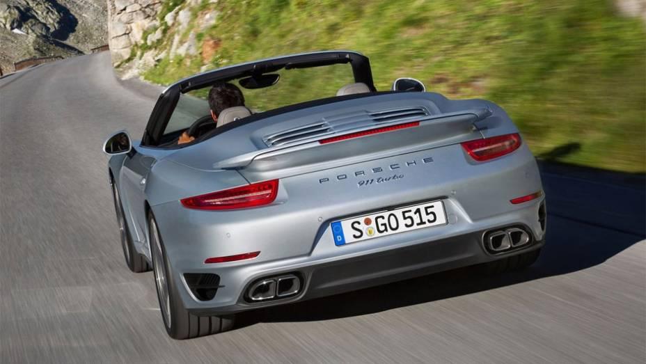 """A velocidade máxima divulgada pela Porsche é de 318 km/h   <a href=""""http://quatrorodas.abril.com.br/noticias/fabricantes/porsche-revela-911-turbo-turbo-s-cabriolet-754889.shtml"""" rel=""""migration"""">Leia mais</a>"""