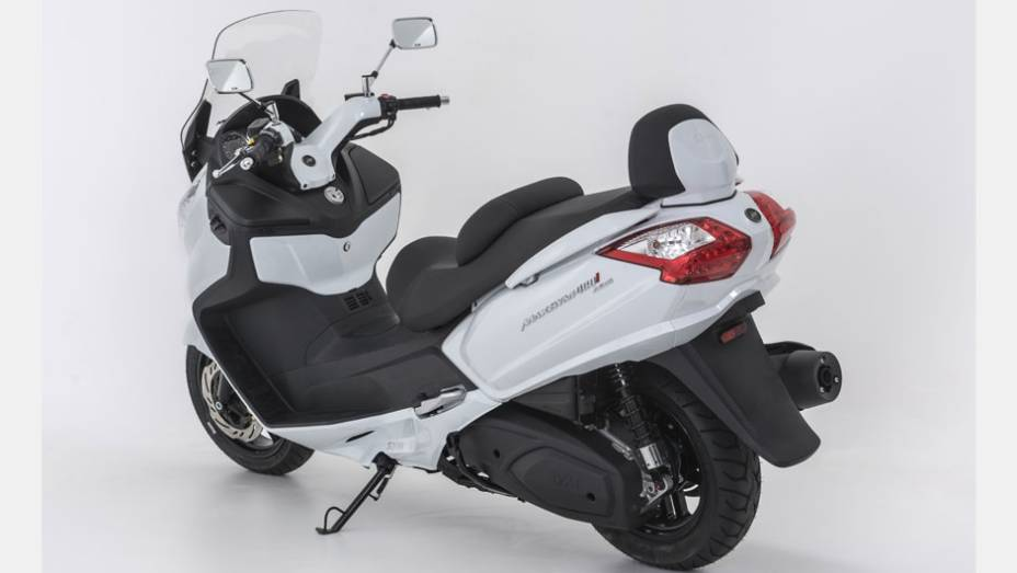 """Maxsym 400i conta com um motor de 400 cm³ com injeção eletrônica, refrigeração líquida e quatro válvulas   <a href=""""http://quatrorodas.abril.com.br/moto/noticias/dafra-apresenta-novos-modelos-salao-duas-rodas-756438.shtml"""" rel=""""migration"""">Leia mais</a>"""