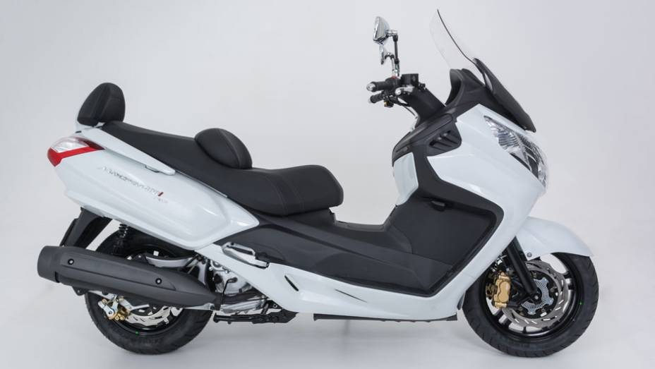 """Modelo está equipado com rodas aro de 15 e 14 polegadas   <a href=""""http://quatrorodas.abril.com.br/moto/noticias/dafra-apresenta-novos-modelos-salao-duas-rodas-756438.shtml"""" rel=""""migration"""">Leia mais</a>"""