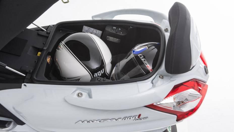 """Modelo conta com amplo espaço sob o assento (suficiente para acomodar dois capacetes integrais)   <a href=""""http://quatrorodas.abril.com.br/moto/noticias/dafra-apresenta-novos-modelos-salao-duas-rodas-756438.shtml"""" rel=""""migration"""">Leia mais</a>"""