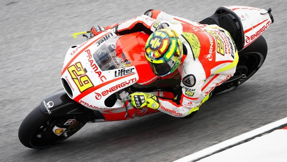 """Andrea Iannone fechou a lista dos 10 mais rápidos para o GP da Malásia   <a href=""""http://quatrorodas.abril.com.br/moto/noticias/motogp-marquez-conquista-pole-malasia-756881.shtml"""" rel=""""migration"""">Leia mais</a>"""