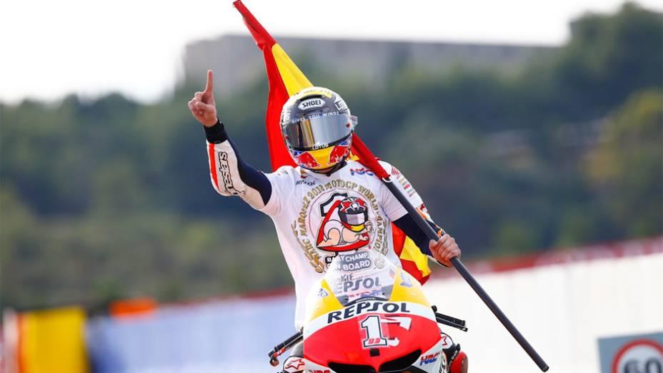 """Márquez se tornou o mais jovem campeão da MotoGP   <a href=""""http://quatrorodas.abril.com.br/moto/noticias/lorenzo-vence-nao-impede-titulo-marquez-759873.shtml"""" rel=""""migration""""></a>"""