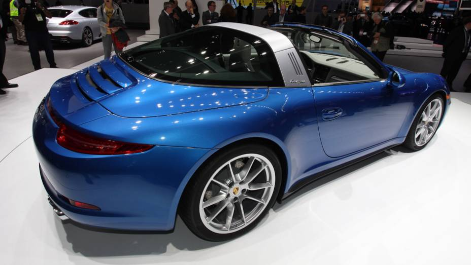 "Porsche 911 Targa | <a href=""http://quatrorodas.abril.com.br/noticias/saloes/detroit-2014/porsche-lanca-911-targa-detroit-767649.shtml"" rel=""migration"">Leia mais</a>"