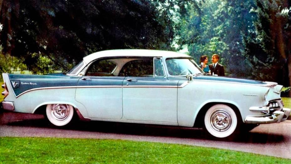 Custom Royal Lancer (1955) - Primeiro veio o V8 de 1953, depois o novo design com pintura em três cores de 1955. Com as barbatanas de 1956, essa série disparou o glamour da marca