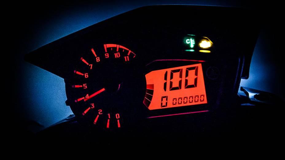 """A Yamaha Crosser 150 possui painel com conta giros analógico e um visor LCD digital, indicador de marchas, marcador de combustível, velocímetro, hodômetro parcial e total   <a href=""""http://quatrorodas.abril.com.br/moto/noticias/yamaha-lanca-crosser-150-r-"""" rel=""""migration""""></a>"""