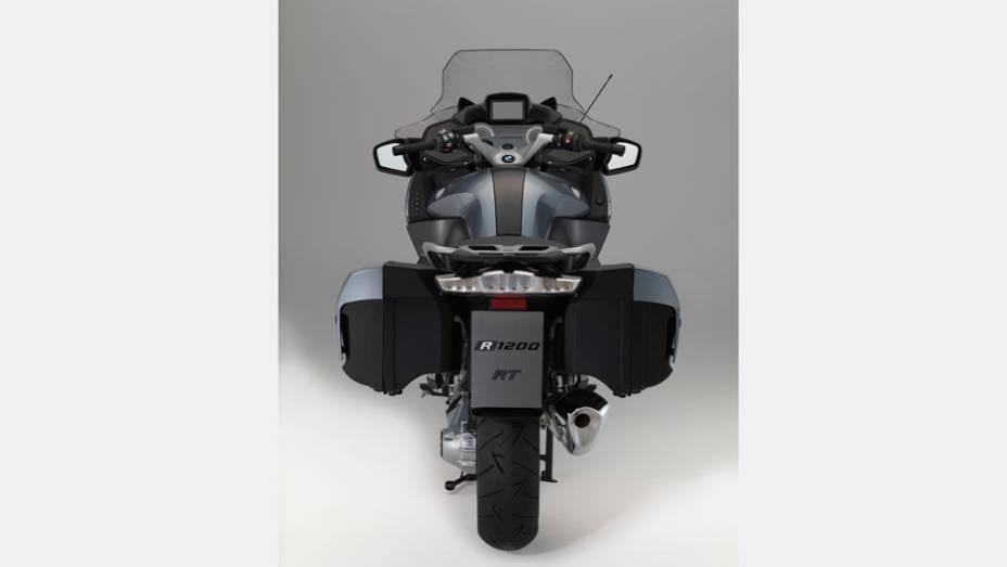"""Motocicleta está equipada com um câmbio de seis velocidades, com relação final por eixo-cardã   <a href=""""http://quatrorodas.abril.com.br/moto/noticias/bmw-lanca-r-1200-rt-r-89-900-781251.shtml"""" rel=""""migration"""">Leia mais</a>"""