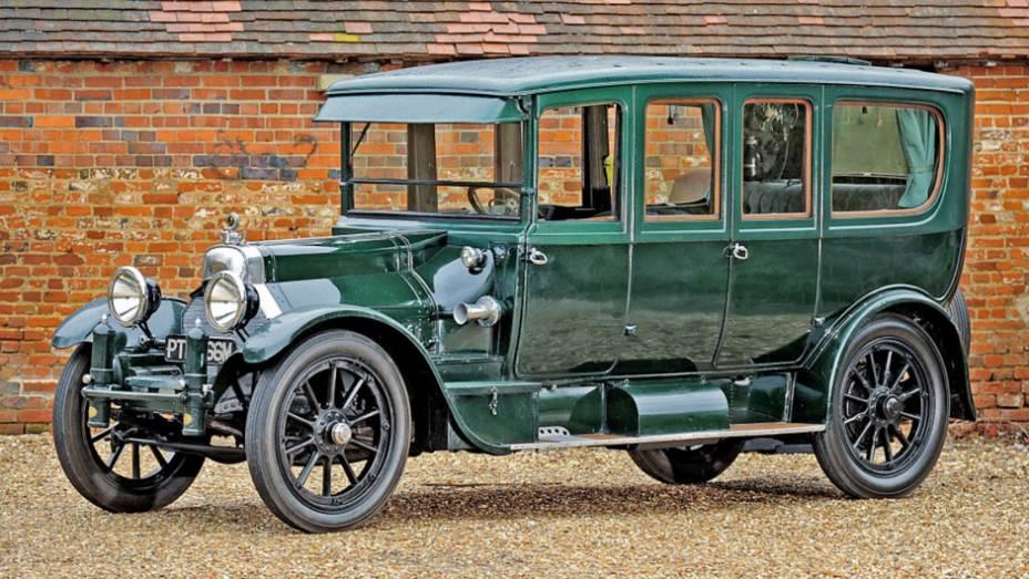 Rolls-Royce e De Dion-Bouton já haviam empregado motores V8, mas a produção em série e o mito de vigor e nobreza couberam ao da Cadillac, que começou com 70 cv