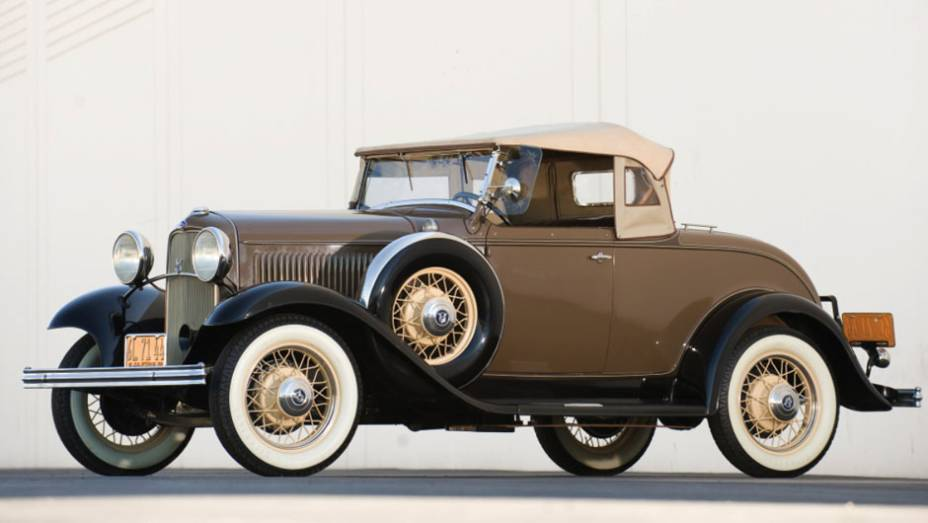 A produção em massa e a popularização das virtudes do V8 são mérito da Ford, que passou a oferecer o seu em meio à Grande Depressão e, ainda assim, acertou em cheio