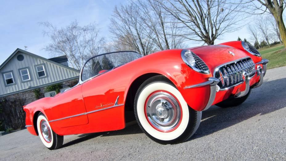 Com dois anos de mercado o Corvette conseguiu galgar seu posto de ícone de esportividade americano graças a seu primeiro V8, de 195 cv. Antes ele só oferecia um seis cilindros em linha