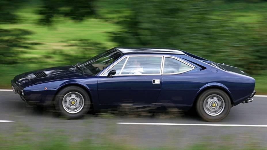Estabelecida com esportivos de 12 cilindros e tendo experimentado com o Dino de seis, a segunda geração do modelo de entrada da Ferrari estreou seu V8, central, opção que dura até hoje na 458