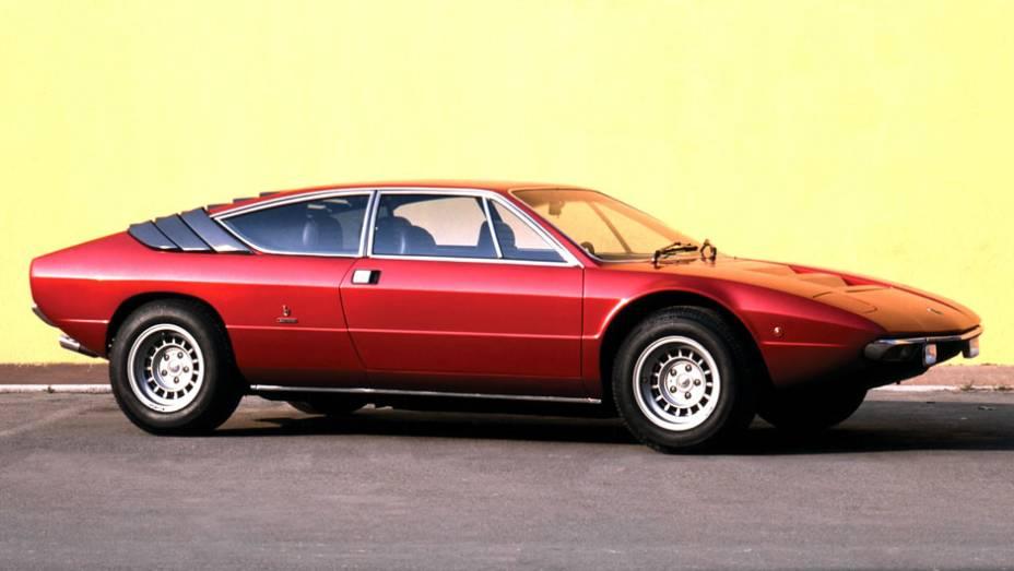 Num único ano, dois ícones do mercado de superesportivos estrearam seus modelos V8, Ferrari e Lamborghini. Com desenho mais agressivo, o Urraco entregava 220 cv, 35 cv a menos que a Dino
