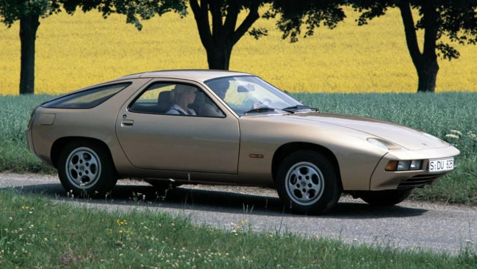 Motor V8 dianteiro e refrigerado a água, faróis escamoteáveis... O 928 representou uma grande ruptura para o que se conhecia de padrão de tecnologia Porsche e desagradou puristas