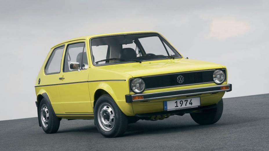 """O Golf foi lançado em 1974 para substituir o antigo Fusca na Alemanha; com tração dianteira e porte compacto, agradou em cheio   <a href=""""http://quatrorodas.abril.com.br/carros/lancamentos/volkswagen-golf-vii-749855.shtml"""" rel=""""migration"""">Mais sobre o novo Golf no Brasil</a>"""