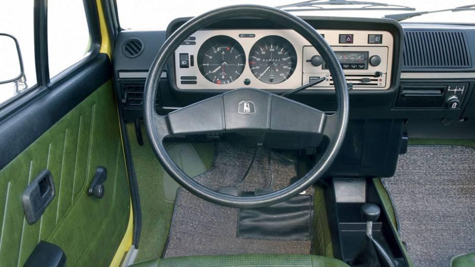 """Simples e funcional, o Golf tinha boa ergonomia; em dois anos, já haviam sido fabricadas 500 mil unidades   <a href=""""http://quatrorodas.abril.com.br/carros/lancamentos/volkswagen-golf-vii-749855.shtml"""" rel=""""migration"""">Mais sobre o novo Golf no Brasil</a>  """