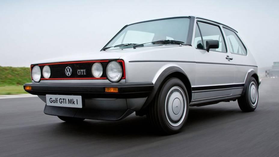 """Em junho de 1976 chegava ao mercado alemão o Golf GTi; com 110 cv extraídos de um motor 1.6, encantou pelo desempenho e pelo visual invocado, com direito a spoiler e para-lamas alargados   <a href=""""http://quatrorodas.abril.com.br/carros/lancamentos/volksw"""" rel=""""migration""""></a>"""