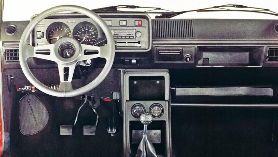 """O interior tinha personalidade, com volante esportivo de menor diâmetro e manopla de câmbio imitando uma bola de... golfe, claro   <a href=""""http://quatrorodas.abril.com.br/carros/lancamentos/volkswagen-golf-vii-749855.shtml"""" rel=""""migration"""">Mais sobre o novo Golf no Bras</a>"""
