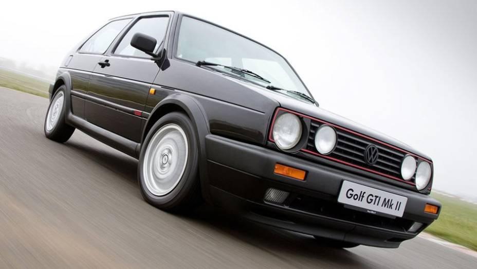 """Com faróis duplos, o GTI decepcionou pelo desempenho inferior a seu antecessor, problema sanado com a chegada do GTI 16V, em 1985: com 139 cv, chegava aos 210 km/h   <a href=""""http://quatrorodas.abril.com.br/carros/lancamentos/volkswagen-golf-vii-749855.sh"""" rel=""""migration""""></a>"""