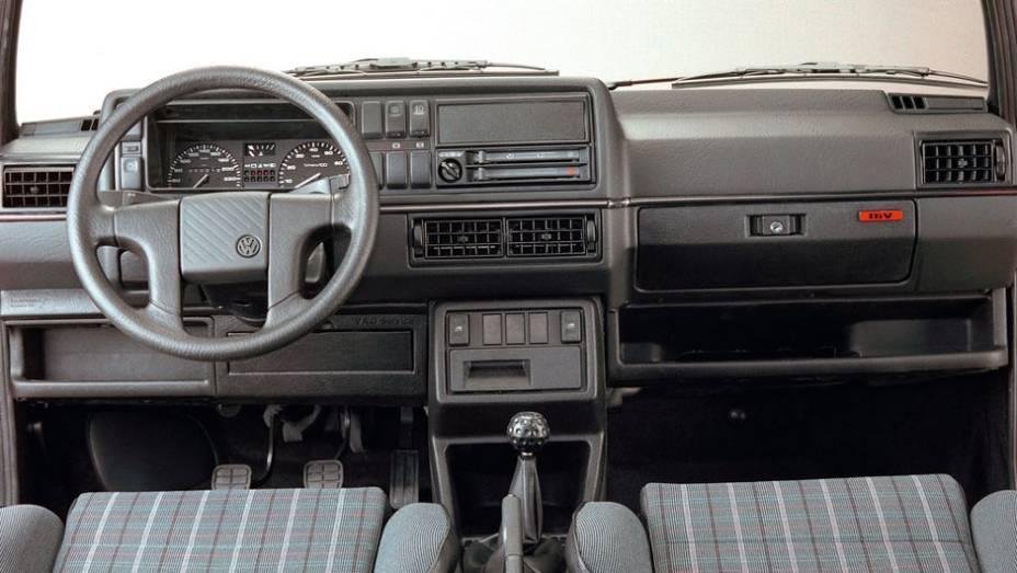 """O interior do GTI tinha algumas exclusividades, como o volante de quatro raios - que mais tarde equiparia o Santana   <a href=""""http://quatrorodas.abril.com.br/carros/lancamentos/volkswagen-golf-vii-749855.shtml"""" rel=""""migration"""">Mais sobre o novo Golf no Brasil</a>  """