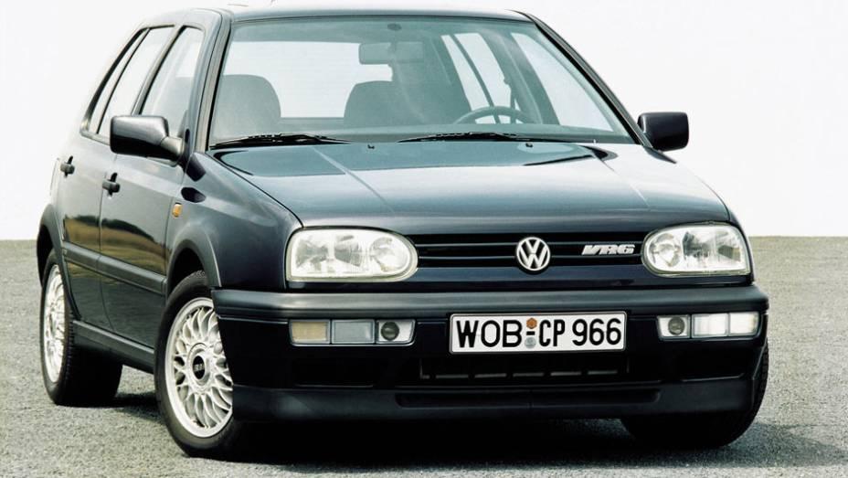 """Lançada em agosto de 1991, a terceira geração do Golf foi a primeira a desembarcar no Brasil em 1994; acima, o veloz 2.8 VR6, com 174 cv   <a href=""""http://quatrorodas.abril.com.br/carros/lancamentos/volkswagen-golf-vii-749855.shtml"""" rel=""""migration"""">Mais sobre o novo Golf</a>"""