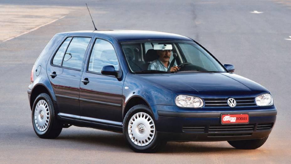 """A quarta geração fez o Golf explodir de vez no Brasil; lançado na Europa em agosto de 1997, ele chegou aqui no fim de 1998 com tecnologia de Audi A3   <a href=""""http://quatrorodas.abril.com.br/carros/lancamentos/volkswagen-golf-vii-749855.shtml"""" rel=""""migration"""">Mais sobre</a>"""