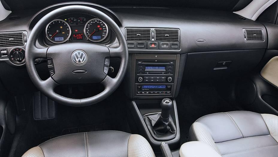 """O interior era moderno e bastante confortável, com destaque para a elegante iluminação azulada   <a href=""""http://quatrorodas.abril.com.br/carros/lancamentos/volkswagen-golf-vii-749855.shtml"""" rel=""""migration"""">Mais sobre o novo Golf no Brasil</a>  """