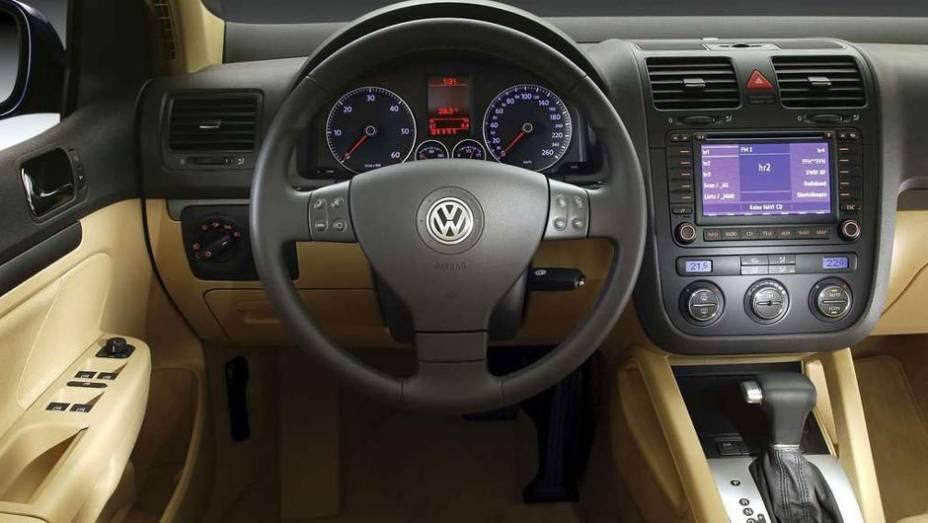"""O interior ficou bastante requintado, com direito até a tela multimídia com GPS   <a href=""""http://quatrorodas.abril.com.br/carros/lancamentos/volkswagen-golf-vii-749855.shtml"""" rel=""""migration"""">Mais sobre o novo Golf no Brasil</a>  """