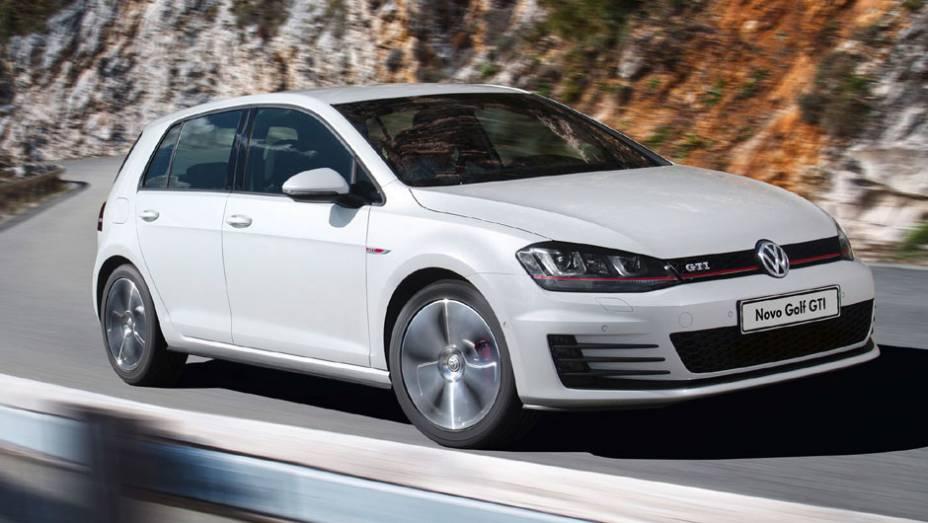 """A esportiva GTI tem 220 cv; o novo Golf deve chegar às revendas VW em setembro   <a href=""""http://quatrorodas.abril.com.br/carros/lancamentos/volkswagen-golf-vii-749855.shtml"""" rel=""""migration"""">Mais sobre o novo Golf no Brasil</a>"""