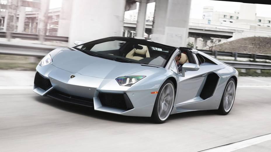 2º) Lamborghini Aventador Roadster (2013) - valor do IPVA: R$ 103.868,92; valor venal: R$ 2.596.723,00; equivale a: Jeep Compass Sport 2.0 (R$ 101.200,00)
