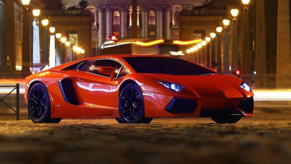 6º) Lamborghini Aventador (2012) - valor do IPVA: R$ 74.491,68; valor venal: R$ 74.491,68; equivale a: Hyundai Veloster 1.6 16V 140cv Aut. (R$ 72.508,00)