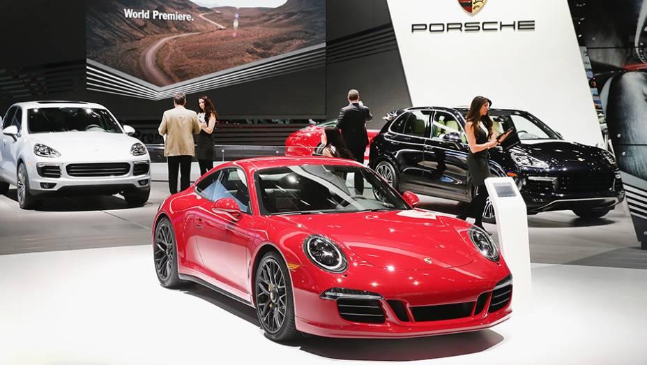 """Estande da Porsche   <a href=""""http://quatrorodas.abril.com.br/galerias/saloes/detroit-2015/1o-dia-salao-detroit-824981.shtml"""" rel=""""migration"""">Veja a primeira parte</a>   <a href=""""http://quatrorodas.abril.com.br/galerias/saloes/detroit-2015/direto-detroit-parte-2-825561.shtm"""" rel=""""migration""""></a>"""
