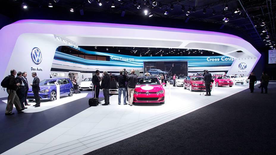 """Estande Volkswagen   <a href=""""http://quatrorodas.abril.com.br/galerias/saloes/detroit-2015/1o-dia-salao-detroit-824981.shtml"""" rel=""""migration"""">Veja a primeira parte</a>   <a href=""""http://quatrorodas.abril.com.br/galerias/saloes/detroit-2015/direto-detroit-parte-2-825561.shtm"""" rel=""""migration""""></a>"""