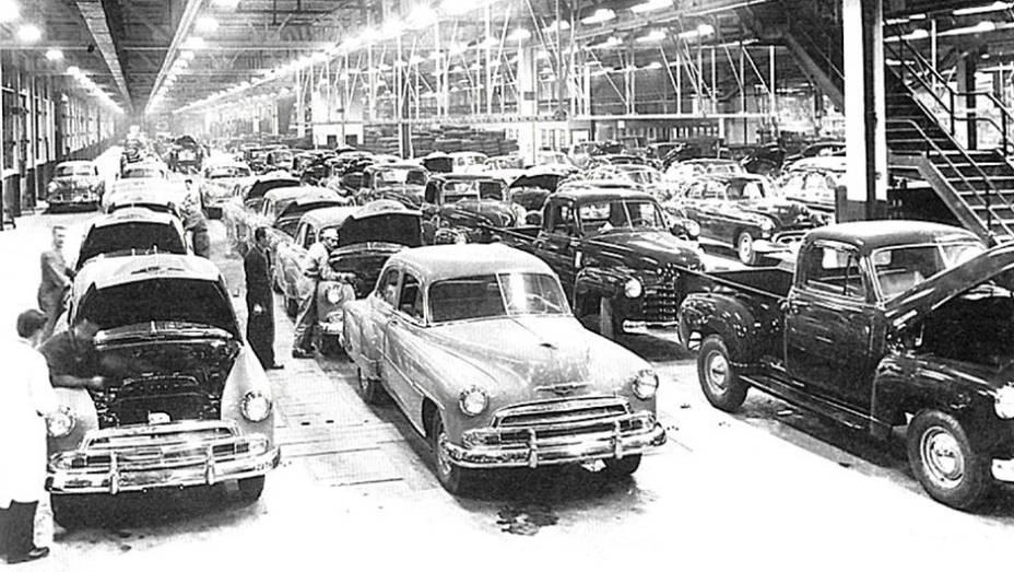 Ao longo do tempo, a GM também se dedicou a produzir outros produtos, como geladeiras, mas sem perder sua identidade automotiva. Aqui, está uma linha de montagem de 1951.