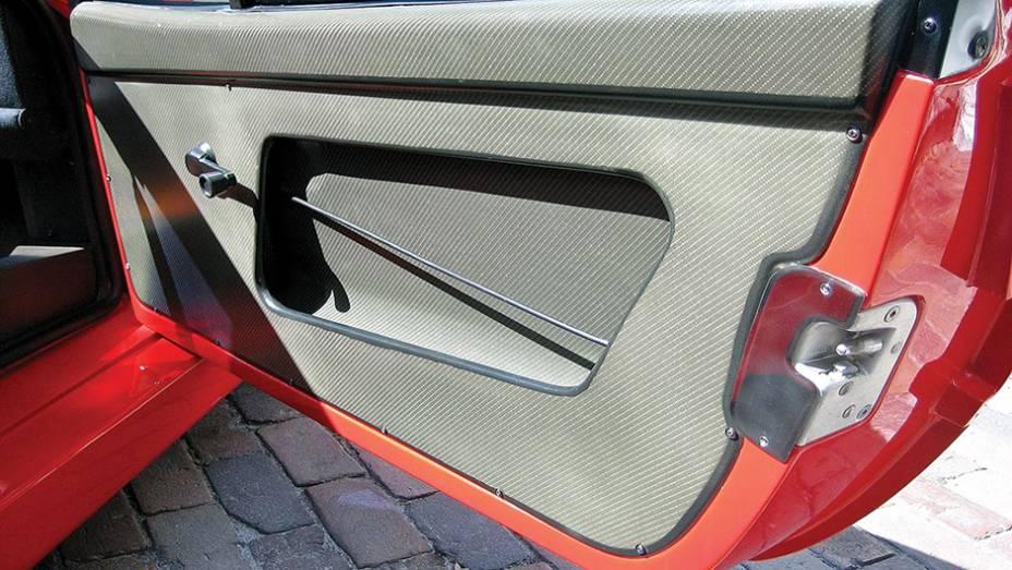 A Ferrari F40 foi um dos mais brilhantes esportivos já produzidos. No entanto, uma de suas soluções para perda de peso incluía a ausência de painel nas laterais das portas, deixando o mecanismo dos vidros à mostra.