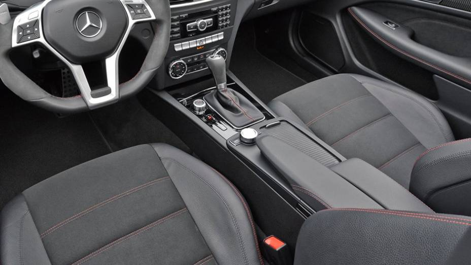 Modelos AMG Black Series da Mercedes também são pensados para desempenho. Assim, não surpreende o revestimento interno em microfibra do C63, mais leve do que plástico ou madeira, por exemplo.