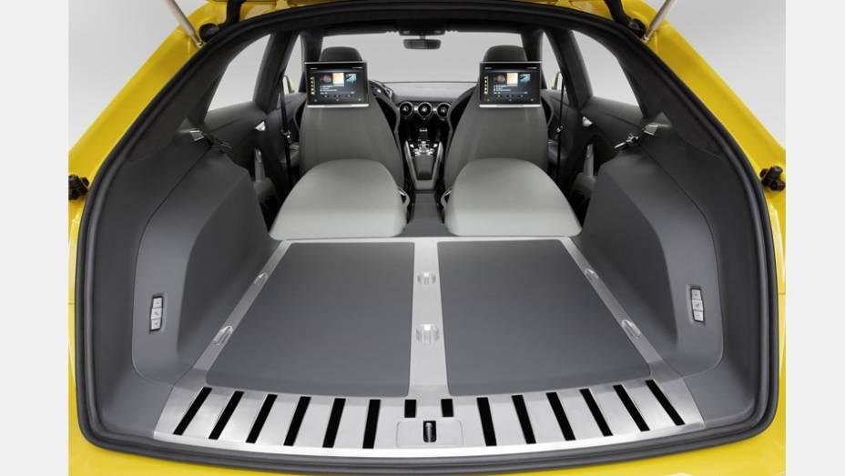 """Detalhe do porta-malas do veículo.   <a href=""""http://quatrorodas.abril.com.br/noticias/saloes/pequim-2014/audi-tt-offroad-revelado-780298.shtml"""" rel=""""migration"""">Leia mais</a>"""