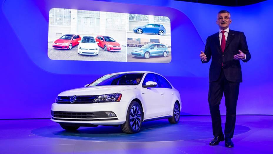 """Volkswagen Jetta 2015   <a href=""""http://quatrorodas.abril.com.br/noticias/fabricantes/jetta-2015-revelado-ganha-novidades-779724.shtml"""" rel=""""migration"""">Leia mais</a>"""