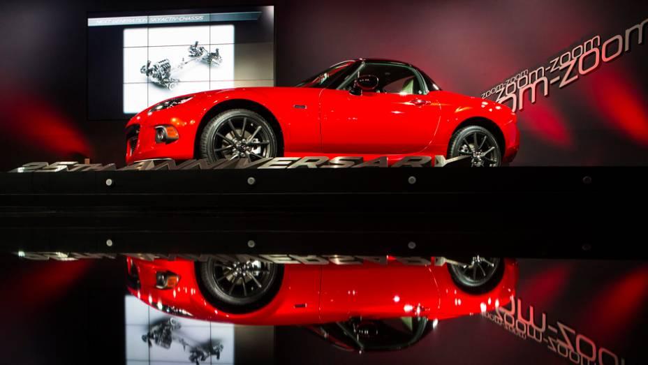 """Mazda MX-5 Miata 25th Anniversary Edition   <a href=""""http://quatrorodas.abril.com.br/noticias/saloes/new-york-2014/mazda-revela-mx-5-25th-anniversary-edition-salao-nova-york-779961.shtml"""" rel=""""migration"""">Leia mais</a>"""