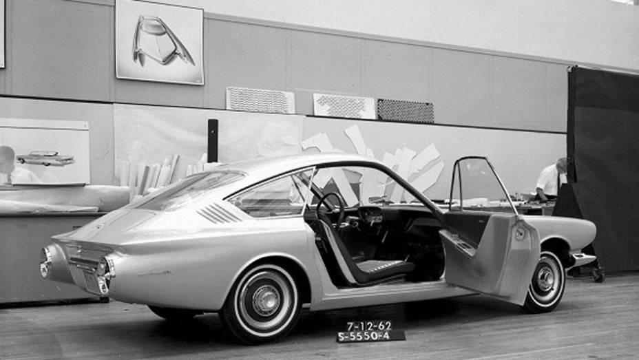 Antes de ser lançado, o Mustang foi antecedido pelo Avanti, um dos primeiros estudos de esportivo compacto com quatro lugares mostrado pela Ford; seu teto fastback foi incorporado ao design do pony car