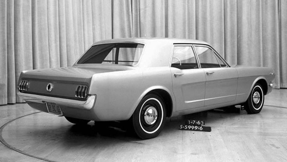 Enquanto os defensores dos esportivos queriam um Mustang cupê, uma ala da Ford sugeriu uma versão com quatro portas para capitalizar o projeto; ainda bem que ele não vingou...