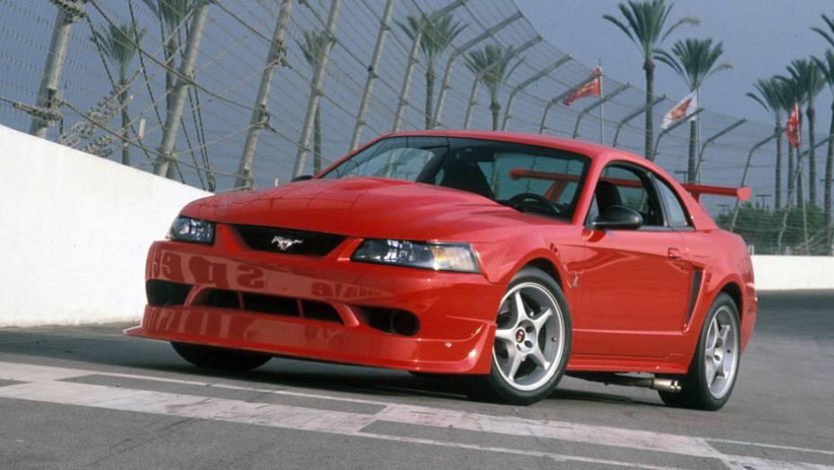 Em 1999, o carro ganhou contornos mais angulosos, perdendo parte da harmonia do estilo original; na foto, um Mustang Cobra R dos anos 2000