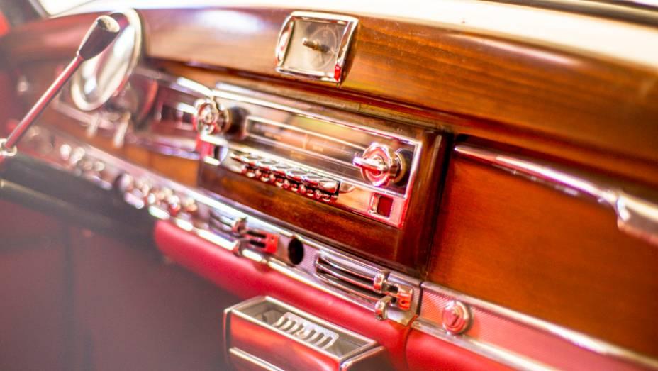 Madeira, couro e outros materiais nobres aparecem em abundância no interior deste Mercedes-Benz
