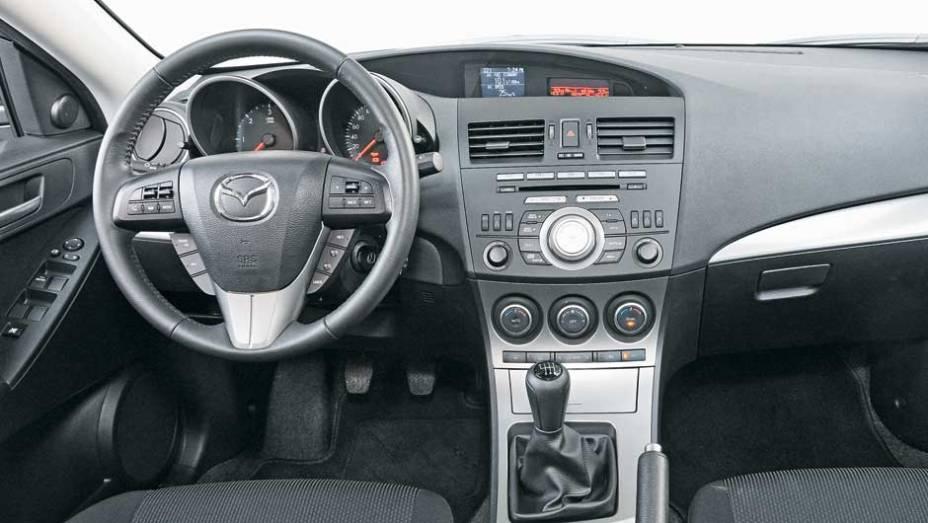 Os comandos do Mazda3 estão à mão, com volante multifunção completo