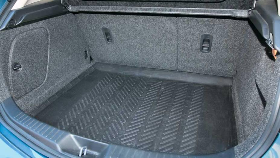 Porta-malas com 340 litros de capacidade e revestimento simples