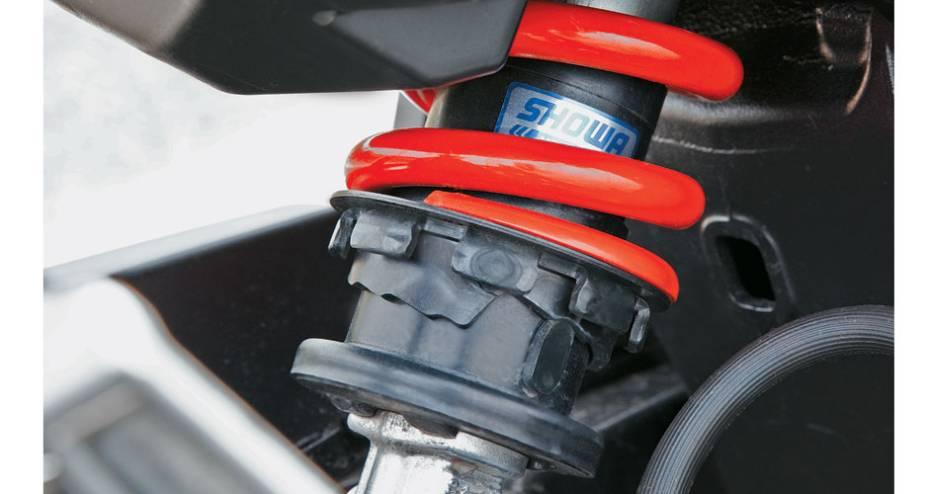 Na Yamaha XJ6 F, traseira também multiajustável.